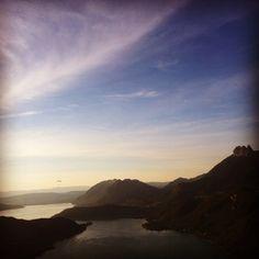 Le soir, une fois la journée terminée, c'est parti pour un petit tour en parapente au dessus du lac d'Annecy. #annecy #parapente