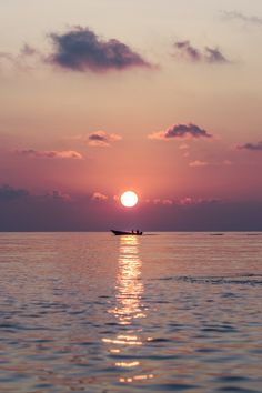 Time lapse photography of water under sunset wallpaper pictures, iphone wallpaper images, phone wallpapers Maldives Wallpaper, Sunset Wallpaper, Iphone Background Wallpaper, Mobile Wallpaper, Voyager Malin, Time Lapse Photography, Sunset Sea, Sky Aesthetic, Wallpaper Pictures