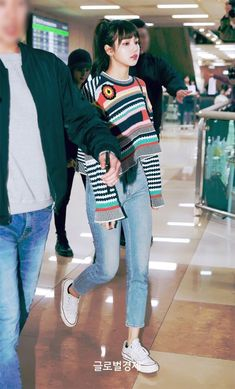 Lisa in airpot Blackpink Outfits, Casual Outfits, Fashion Outfits, Work Outfits, Blackpink Lisa, Blackpink Fashion, Asian Fashion, Petite Fashion, Kpop Mode
