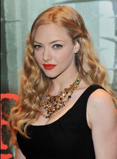In lieu of one long, continuous wave like the one made iconic by Veronica Lake, Amanda Seyfried breaks things up a little bit with a few separate wave Gq, Amanda Seyfried Hair, Karen Smith, Jenifer Lawrence, Veronica Lake, Mean Girls, Fair Skin, Little Girl Dresses, Kate Middleton
