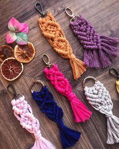 "🧵🧶Gözde Naz Tüzün Aydın on Instagram: ""🎄Biraz da renk ❄️❣️✨☃️ #makromeanahtarlık #macrame #december #decemberdaily #workshop #workshopmacrame #icmimarinelinden #adana…"" Macrame Art, Macrame Projects, Macrame Knots, Micro Macrame, Crochet Gifts, Crochet Doilies, Knitting Projects, Crochet Projects, Diy Kit"