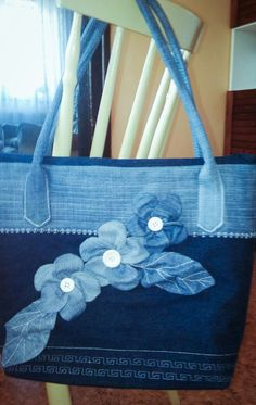 Best 12 very interesting upcycled denim applique bag by alexandria – SkillOfKing. Denim Handbags, Denim Tote Bags, Denim Purse, Jean Purses, Diy Bags Purses, Bow Bag, Denim Crafts, Patchwork Bags, Fabric Bags