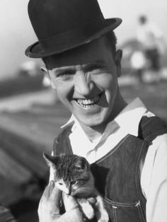Stan Laurel, colorized by me. Stan Laurel and Cat Colorized I Love Cats, Crazy Cats, Cool Cats, Stan Laurel, Laurel And Hardy, Celebrities With Cats, Men With Cats, Animal Gato, Tier Fotos