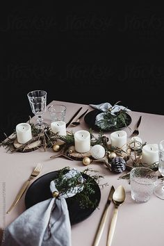 awesome Pretty Winter Table Setting Design Ideas That Looks So Awesome Christmas Dining Table, Christmas Table Settings, Christmas Tablescapes, Holiday Tables, Natural Christmas, Gold Christmas, Rustic Christmas, Simple Christmas, Modern Christmas