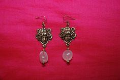 """Boucles d'oreille """"1900"""" : tête femme Art Nouveau, quartz rose et perles dorées : Boucles d'oreille par lericheattirail"""