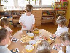 Ze sušenek, cukrové hmoty, Lentilek, jedlého papíru a želé jsme vytvořili šaškovské hlavičky.