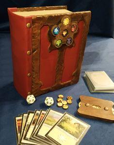 Grimorio portatile Deck Of Cards, Card Deck, Small Bookshelf, Deck Box, Red Books, Wooden Decks, Book Nooks, Treasure Chest, Wooden Boxes