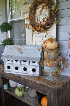 Primitive fall for the porch. Autumn Decorating, Porch Decorating, Decoration Inspiration, Fall Harvest, Harvest Time, Fall Home Decor, Thanksgiving Decorations, Fall Halloween, Animal Crossing