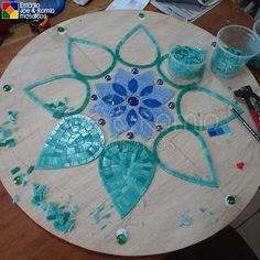 Martin Alejo Mangeaud - Table top, stepping stone in a simpler design, coaster, loads of uses for this pattern. Tile Crafts, Mosaic Crafts, Mosaic Projects, Mosaic Glass, Mosaic Tiles, Glass Art, Mosaics, Stained Glass, Mosaic Designs