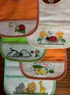 Babero bebe punto de cruz Cross Stitch For Kids, Cross Stitch Borders, Cross Stitch Baby, Cross Stitching, Cross Stitch Patterns, Stitch Doll, Bordados E Cia, Baby Patterns, Baby Bibs