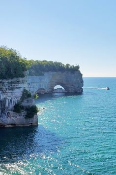 best hikes in pictured rocks. michigan hiking trails. things to do in michigan. upper peninsula, up north. midwest road trip. lake superior. national park vacation. pictured rocks national lakeshore. great lakes vacation. adventure vacation ideas. summer road trip. usa travel destinations. united states. america. Michigan Vacations, Michigan Travel, Backpacking Trails, Hiking Trails, States America, United States, Beautiful Photos Of Nature, Beautiful Places, Vacation Places