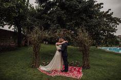 Para rincones bonitos y especiales en cualquier boda #altar #ceremonias #ceremonia #bodas #bodasalairelibre #bodasespeciales #bodasbonitas #bodasromanticas #alfombras #alfombrasbereberes #bereber Espacio: Caserio Olagorta
