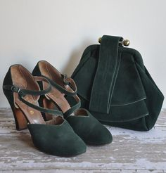 rare 1940s matching heels and bag  set forest green suede. The heels have a unique squiggle like strap across the foot. The bag has a double layer pleat in the front and clasp on top.