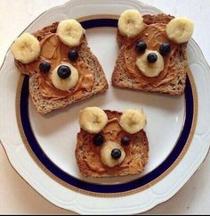 Happy healthy snack ! Whole wheat toast with peanut butter, banana slices and blueberries to make a perfect breakfast time friend. Fun for the kids, or a cute treat for your significant other. Sure to please. For a brown bear, replace peanut butter with Nutella ! #healthy #snack