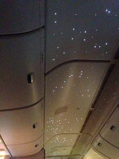 vliegtuig met sterren in het plafond