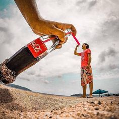 The incredible holiday photos that will leave you in awe - Strandbilder - Urlaub Illusion Photography, Beach Photography, Creative Photography, Amazing Photography, Photography Ideas, Funny Photography, Photography Lessons, Photography Business, Forced Perspective Photography