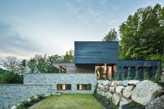 Located in the verdant Laurentians in Quebec, the Estrade Residence reveals itself discretely on the shores of Lac de la Cabane in St-Adolphe d'Howard. It is by studying the steep and rocky topogra…