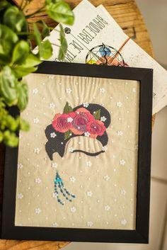 talvez uma das maiores inspirações femininas dos últimos tempos. força, cores, emponderamento, arte, enfrentamento, revolução.    {bordado feito à mão. pontos haste, cheio e folha. Frida Kahlo minimalista com detalhes coloridos. tela de tule sobre o bordado e moldura com vidro}