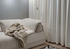 A Bright White Home With Organic Details Duplex Apartment, Black And White Interior, Blog Deco, White Houses, Modern Architecture, House Design, Bright, Interior Design, Furniture
