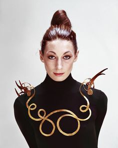 Anjelica Huston wearing a Calder necklace in 1976 (The Jealous Husband made from brass wire, c. 1940, collection Metropolitan Museum of Art)