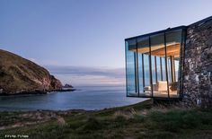 Designed by Patterson Associates Architects, the Seascape Retreat is a nomad´s dream come true. Located on a rock escarpment in a tiny boulder strewn in New Zealand´s South Pacific cove, the romantic beachside cottage was built using only locally sou Cantilever Architecture, Architecture Design, Residential Architecture, Architecture Program, Real Estate Signs, Shelter Design, Beachfront Property, Beach Cottages, Auckland