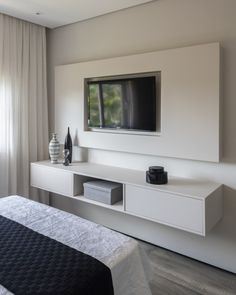 home theater planejado sala suspenso Bedroom Tv Stand, Bedroom Bed Design, Tv In Bedroom, Master Bedroom Makeover, Home Decor Bedroom, Modern Home Interior Design, Home Room Design, Home Office Design, Living Room Designs