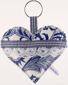 Sleutelhanger gemaakt van tafelzeil.  Keychain made of oilcloth.  www.yip4you.nl