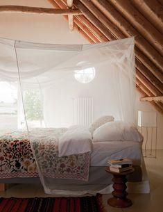 Une chambre mansardée aux accents exotiques