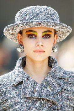 Inspiration Coiffure : Description Make-up : le regard arty du défilé Chanel haute couture automne-hiver 2017 2018 - #Coiffure https://madame.tn/beaute/coiffure/inspiration-coiffure-make-up-le-regard-arty-du-defile-chanel-haute-couture-automne-hiver-2017-201/