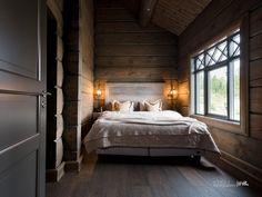 Nyoppført lekker hytte med flott og attraktiv beliggenhet. | FINN.no Winter Cabin, Cozy Cabin, Cozy House, Mountain Cottage, Cabin Interiors, Wooden House, Log Homes, Dark Wood, Bedroom
