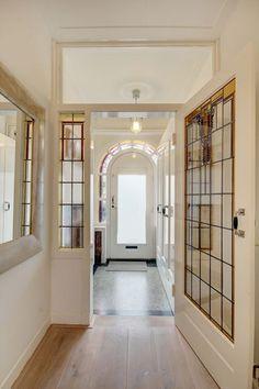 Jaren30woningen.nl | Doorkijkje naar de vestibule in deze #jaren30 woning Halle, Beautiful Buildings, Stained Glass Windows, Terrazzo, Sweet Home, New Homes, House Design, Interior Design, Architecture
