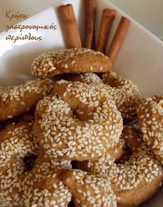 Κουλουράκια κανέλας (με ελαιόλαδο) Greek Sweets, Greek Desserts, Greek Recipes, Greek Cake, Greek Cookies, Olives, Greek Appetizers, Biscuits, Chocolate Sweets