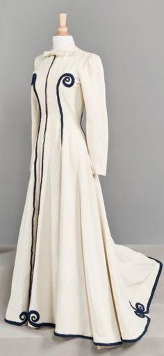 Cristobal Balenciaga, coat - - Haute couture - Cristóbal Balenciaga - Cornette de Saint Cyr, Paris - I LOVE this. Vintage Gowns, Vintage Mode, Vintage Outfits, Vintage Clothing, 1930s Fashion, Moda Fashion, Vintage Fashion, Balenciaga Coat, White Balenciaga