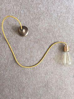 **Komplett fertig montierte Vintage Hängelampe inkl. Edison Glühbirne.** Textilleitung in gold, 3-adrig mit Schutzleiter (Erdung) am Messing-Gewinde montiert. Metall-Baldachin in Faltmessing,...