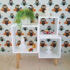 """""""Jollyinspo  Alice & Fox Det är så kul att se våra produkter flytta till nya hem! Här har den fina bokhyllan från Alice & Fox blivit ny inneboende hos @mariadesignstudio. Att mixa hyllans stilrena och moderna utseende med en retrotapet kan inte bli fel! Eller vad säger ni? ✨ #jollyroom #jollyinspo #aliceandfox #retro #barnrum #barninredning"""" Photo taken by @jollyroom on Instagram, pinned via the InstaPin iOS App! http://www.instapinapp.com (10/14/2015)"""