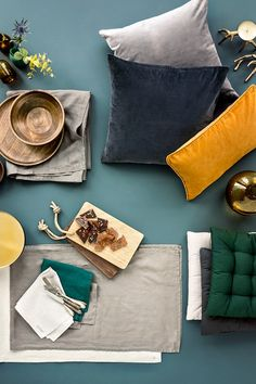 Bring the freshness of green to your home. Add graphic black-and-white accents and brass decorations for a modern look. Modern Tropical, Tropical Colors, Color Inspiration, Interior Inspiration, Material Board, H&m Home, The Design Files, Colour Board, Deco Design