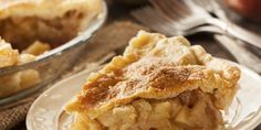 Particularly during the winter months, apple pie is an all-American delicacy. The warm pie served with a scoop of vanilla ice cream sometimes hits the spot. As a sweet, high-calorie dessert, portion control is key when eating apple pie. High Calorie Desserts, Köstliche Desserts, Dessert Recipes, Easy Meat Recipes, Apple Pie Recipes, Easy Meals, Best Ever Apple Pie, American Desserts, Pie Dessert