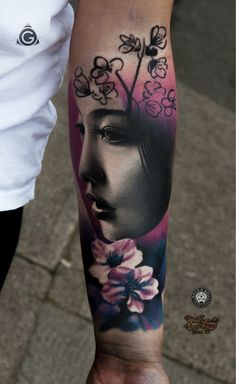 Neo traditional style colored forearm tattoo of asian geisha with flowers Elegant Tattoos, Feminine Tattoos, Beautiful Tattoos, Girl Arm Tattoos, Leg Tattoos, Sleeve Tattoos, Geisha Tattoos, Hugin Munin Tattoo, Kopf Tattoo