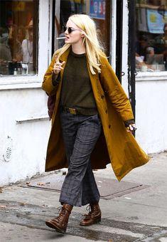 "emmastonedaily: ""Emma Stone on the set of Netflix's ""Maniac"" on August - Hosen Street Style Vintage, Look Street Style, Look Vintage, Look Fashion, Winter Fashion, Fashion Outfits, Womens Fashion, Female Fashion, Fashion Advice"
