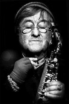 Lucio Dalla è un cantautore. Lui di dove Bologna. Mi piace Lucio Dalla perché miei nonni e mia sorella piace sua musica. Sua voce è molto bella e forte.