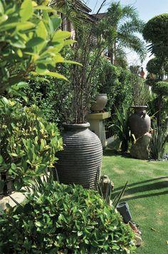 Ornamen taman seperti pasu dan batu semula jadi diletakkan di sudut laman  sebagai pelengkap penataan secara keseluruhan.