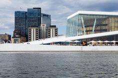 La Oslo Opera House, il più grande edificio norvegese. Edificata tra il 2003 e il 2008 è uno dei principali poli culturali della città. L'Opera ha vinto premi prestigiosi tra cui il Mies Van sER rOHE pRIZE NEL 2009 E l'International Architecture Award nel 2010.
