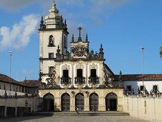É formado pela Igreja de São Francisco e pelo Convento de Santo Antônio. O conjunto arquitetônico de estilo barroco do século XVII é um dos mais ricos e conservados monumentos da arte barroca brasileira. A obra teve sua construção iniciada em 1589, quatro anos após a ocupação da região pelos portugueses, e foi concluída no ano de 1591 pelo Guardião Frei Antônio do Campo Maior.