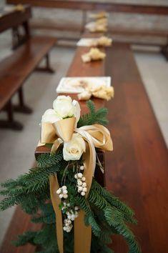 gold winter ceremony decor