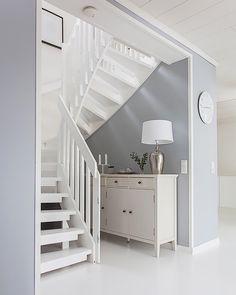 Värisävyt seinillä antavat kivan piristysruiskeen esimerkiksi portaikkotilaan.