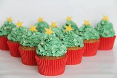Fine jule cupcakes som er ret simple at lave. Christmas Tree Cupcakes, Christmas Desserts, Christmas Time, Xmas, Fondant, Muffins, Snacks, Frosting, Cookies