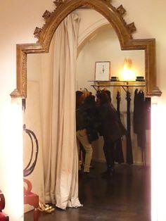 Tras la cortina disfrutamos de la #moda #fashion en boutiques con encanto en nuestras rutas @vivesbarcelona