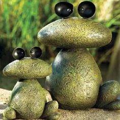 лягушки из булыжника в саду