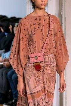 Valentino Spring 2017 Ready-to-Wear by Pier Paolo Piccioli Runway Fashion, Spring Fashion, High Fashion, Womens Fashion, Paris Fashion, Fashion 2018, Indian Fashion, Fashion Fashion, Fashion Outfits
