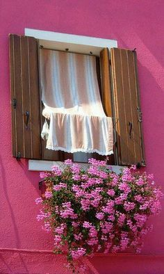 Love this vintage way of keeping the sun out, using a piece of fabric a pole and curtain rod.